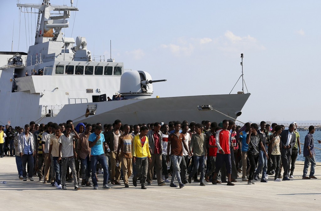 Migrants disembark from the Italian Navy vessel Cigala Fulgosi in the Sicilian harbour of Augusta, Italy, September 3, 2015. REUTERS/Antonio Parrinello - RTX1QY8Z