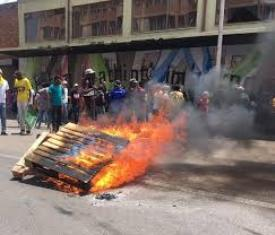 Pretoria city center plunged into chaos - shops were looted, buildings set on fire and public transport suspended