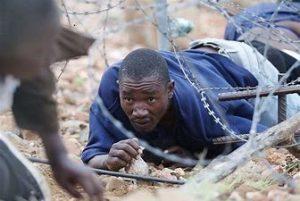 Honderde onwettige immigrante stroom na SA, die stukkende grensheinings by die Limpopo rivier maak dit soveel makliker om die grens oor te steek.